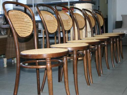 Krzesła gięte wyplatane rattanem