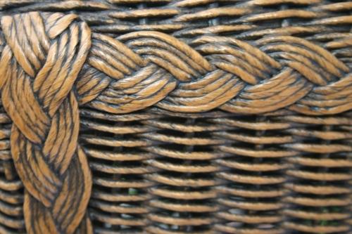 Fragment krzesła wykończonego warkoczem Lloyd Loom