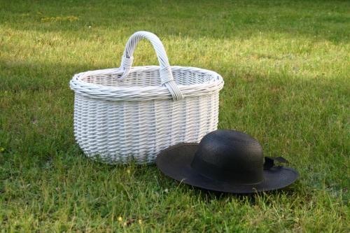 Claire. Biały kosz wiklinowy i czarny kapelusz PANAMA