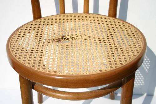 Krzesło do naprawy. Wymiana gotowej siatki rattanowej.