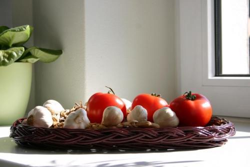 Tacka wiklinowa z pomidorami i czosnkiem. Wiklinowy Dom