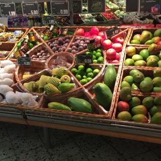 Koszyki sklepowe z wikliny. Piękne stoisko z owocami.