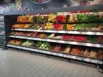 Koszyki sklepowe z wikliny. Piękne stoisko z warzywami i owocami.